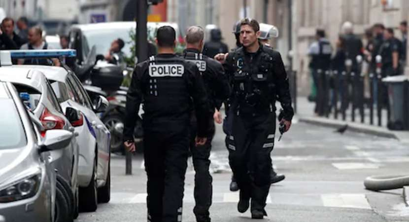 Armed man takes hostages in Paris, arrested
