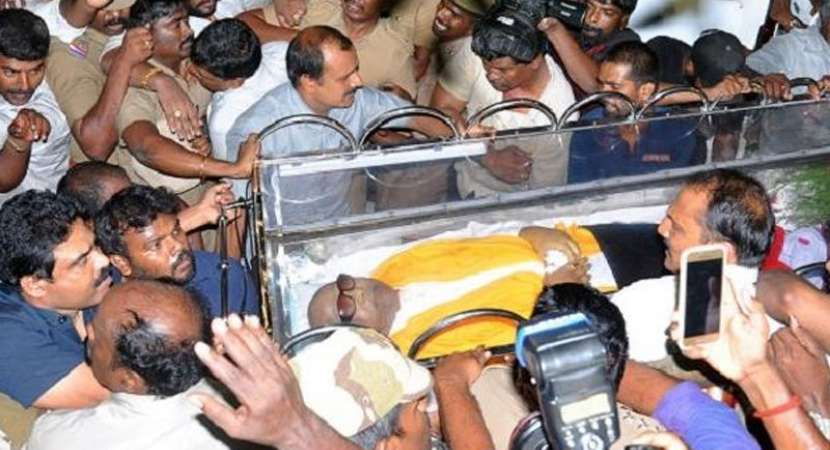 Karunanidhi's body kept at Rajaji Hall for public, leaders to pay respects