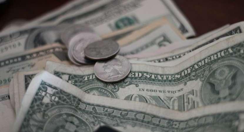 US dollar declines amid trade tensions