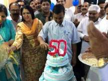 Kejriwal cuts cake after Shri Atal Bihari Vajpayee's demise. Truth inside